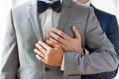 Fermez-vous des ajouter gais masculins aux anneaux de mariage dessus Photo libre de droits
