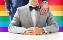 Fermez-vous des ajouter gais masculins aux anneaux de mariage dessus Image stock