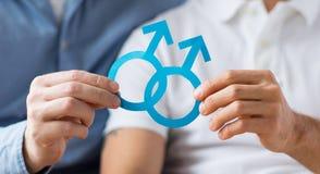 Fermez-vous des ajouter gais masculins heureux au symbole d'amour Photo libre de droits
