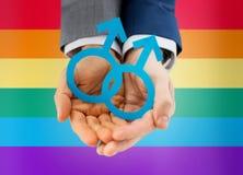 Fermez-vous des ajouter gais masculins heureux au symbole d'amour Photos libres de droits