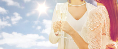Fermez-vous des ajouter lesbiens aux verres de champagne Image libre de droits