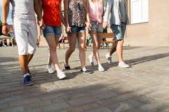 Fermez-vous des amis adolescents marchant dans la ville Images libres de droits