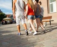Fermez-vous des amis adolescents marchant dans la ville Photo libre de droits