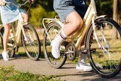 Fermez-vous des amis agréables montant des bicyclettes Photo libre de droits