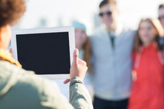 Fermez-vous des amis avec la photographie de PC de comprimé Photos libres de droits