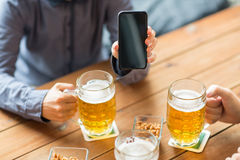 Fermez-vous des amis avec le smartphone et la bière Photo libre de droits