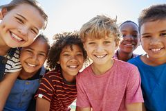 Fermez-vous des amis de la préadolescence en parc souriant à l'appareil-photo Image stock
