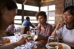 Fermez-vous des amis féminins appréciant le déjeuner à un restaurant Photos stock