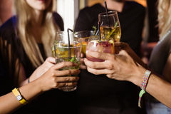 Fermez-vous des amis grillant des boissons Images libres de droits