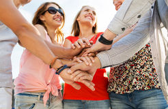 Fermez-vous des amis heureux avec des mains sur le dessus Photographie stock