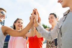 Fermez-vous des amis heureux faisant le geste de la haute cinq Image libre de droits