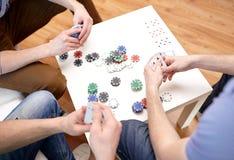 Fermez-vous des amis masculins jouant des cartes à la maison Photo libre de droits