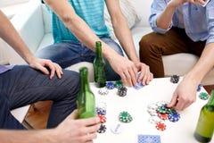 Fermez-vous des amis masculins jouant des cartes à la maison Images libres de droits