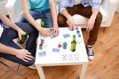 Fermez-vous des amis masculins jouant des cartes à la maison Images stock