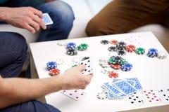 Fermez-vous des amis masculins jouant des cartes à la maison Photographie stock libre de droits
