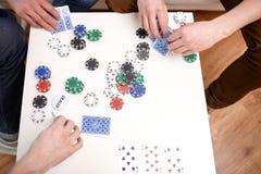 Fermez-vous des amis masculins jouant des cartes à la maison Photos libres de droits