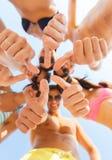 Fermez-vous des amis montrant des pouces dans le cercle Images libres de droits