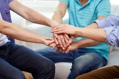 Fermez-vous des amis reliant des mains ensemble Image stock