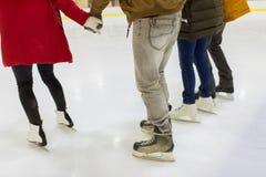 Fermez-vous des amis sur la piste de patinage Image libre de droits
