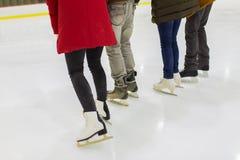 Fermez-vous des amis sur la piste de patinage Images stock
