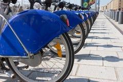Fermez-vous des amortisseurs de bicyclette de bleu royal Images stock