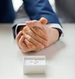 Fermez-vous des anneaux gais masculins de couples et de mariage Photos stock