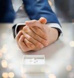Fermez-vous des anneaux gais masculins de couples et de mariage Photo stock