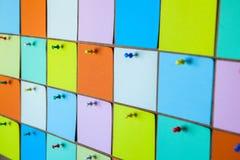 Fermez-vous des autocollants de papier colorés photos stock