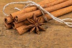 Fermez-vous des bâtons de cannelle et de l'anis d'étoile sur le bois photographie stock libre de droits