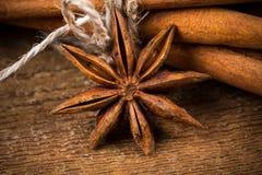 Fermez-vous des bâtons de cannelle et de l'anis d'étoile sur le bois image stock
