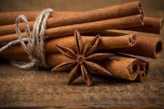 Fermez-vous des bâtons de cannelle et de l'anis d'étoile sur le bois photos libres de droits
