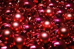 Fermez-vous des babioles rouges de Noël pendant la nouvelle année 2017 de célébration photos stock
