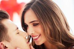 Fermez-vous des baisers rayonnants de couples Image libre de droits