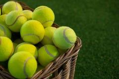 Fermez-vous des balles de tennis dans le panier en osier photo libre de droits
