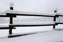 Fermez-vous des barrières neigeuses de corral d'hiver images libres de droits