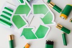 Fermez-vous des batteries et du symbole de réutilisation vert Photographie stock libre de droits