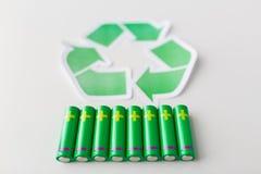 Fermez-vous des batteries et du symbole de réutilisation vert Photo stock