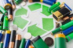 Fermez-vous des batteries et du symbole de réutilisation vert Image libre de droits
