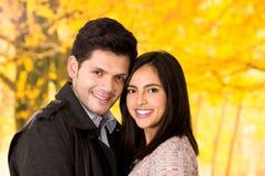 Fermez-vous des beaux jeunes couples dans l'amour dans le jour de valentines de St à un arrière-plan brouillé de parc d'autum Images libres de droits