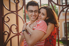 Fermez-vous des beaux jeunes couples de sourire dans l'amour, étreindre, se tenant derrière l'un l'autre dehors à la rue de ville Photos libres de droits