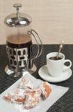 Fermez-vous des beignets de beignet et de la presse française de café photo stock
