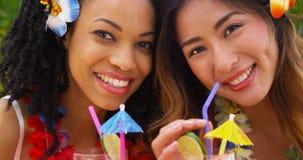Fermez-vous des belles femmes d'Afro-américain et d'Asiatique des vacances ensemble images libres de droits