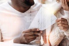 Fermez-vous des billets de vol dans des mains de beaux couples Photographie stock libre de droits