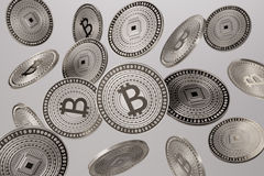 Fermez-vous des bitcoins argentés jetés en l'air dans l'air comme exemple pour le concept de blockchain et de crypto-devise Photographie stock libre de droits