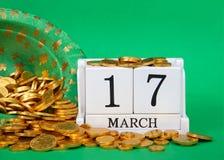 Fermez-vous des blocs en bois avec date le 17 mars, jour du ` s de St Patrick Photos libres de droits