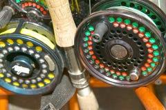 Fermez-vous des bobines, des tiges et de la ligne de pêche de mouche Photographie stock libre de droits