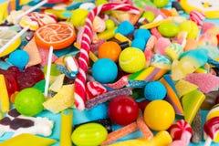 Fermez-vous des bonbons à mâcher et des sucreries cattered de gelée photos stock