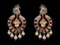 Fermez-vous des boucles d'oreille de diamant Photographie stock