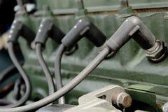 Fermez-vous des bougies d'allumage dans le moteur de voiture photo libre de droits