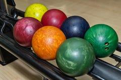 Fermez-vous des boules de bowling photographie stock